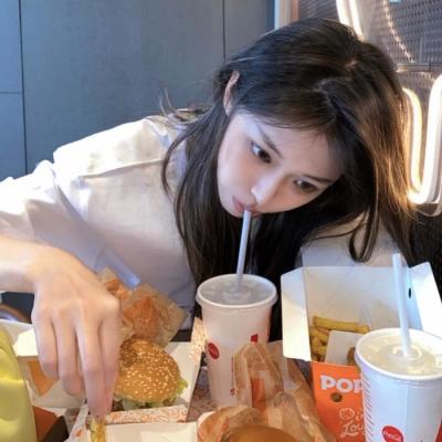 清纯萌系的可爱女生头像 吃饱才有力气减肥